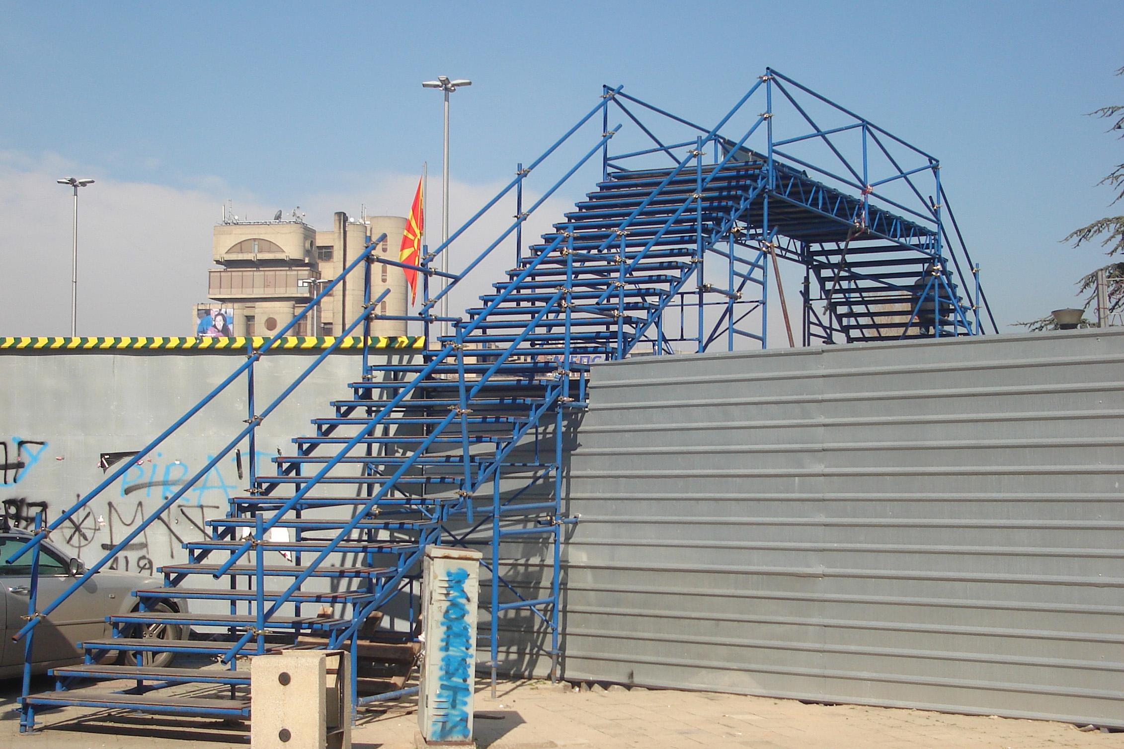 Скали мобилни наместени на плоштад Македонија